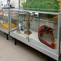 ▲社内には同社が製作した自動車のモデルやカーボン加工品などが展示されています