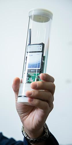 筒状の耐水ケースに入れられた「海水温検知センサー」