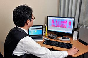 高齢者に「音の聞こえ」を書き出してもらうなど数多くの検証を重ね、音声データを可視化して分析し、音声フィルタの精度を高めています。